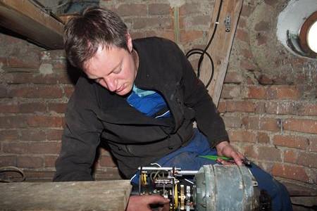 Reparatur einer alten Perner Läutemaschine